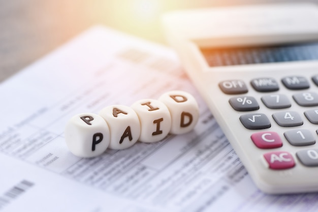 Betaalde woorden en rekenmachine op factuur factuurpapier