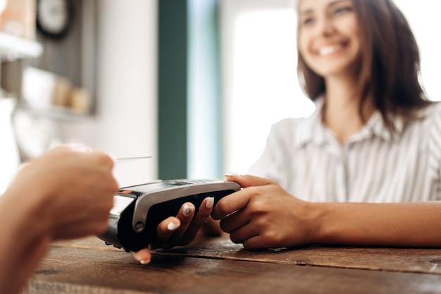 Betalen met creditcard in de bloemenwinkel