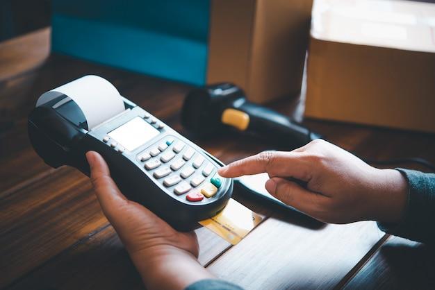 Betalen met een creditcard, producten kopen en verkopen met een creditcard-veegmachine