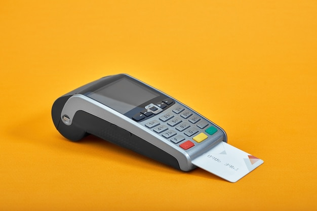 Betaling per creditcard. terminal op gele oppervlakte exemplaarruimte.