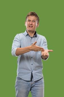 Betogen, argumenteren. mooi mannelijk half lengteportret dat op groene studio wordt geïsoleerd