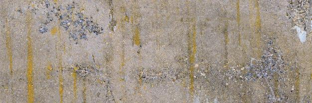 Beton bedekt met korstmossen en mos