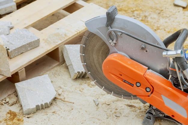 Beton snijden met zaagblad op de bouwplaats