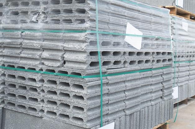 Betonblokken geplaatst op houten pallets in het magazijn.
