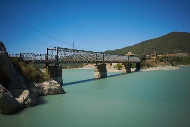 Betonnen brug over een baai tussen groene heuvels