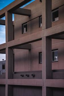 Betonnen gebouw met balkon