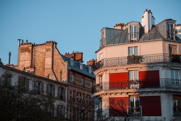 Betonnen gebouw met balkons