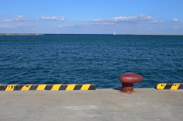 Betonnen industriële dijk in de zeehaven