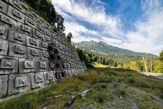 Betonnen muur om de heuvel te beschermen tegen aardverschuiving en vernietiging