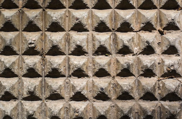 Betonnen piramide muur