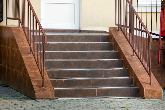 Betonnen trappen bedekt met keramische tegels