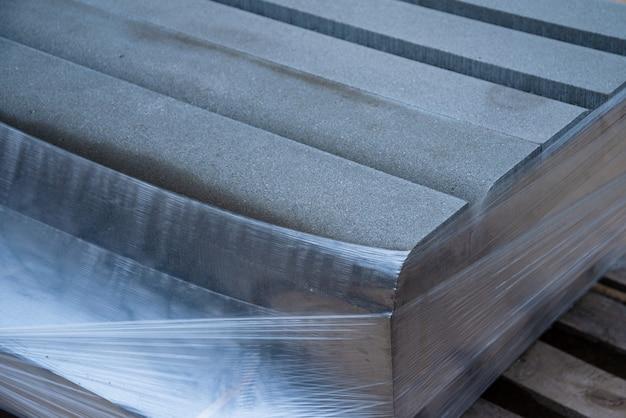 Betonnen trottoirbanden, pakket betonnen trottoirbanden op pallets