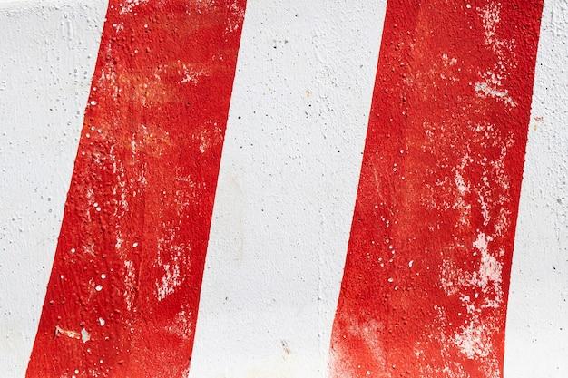 Betonnen witte muur met rode verfachtergrond of textuur