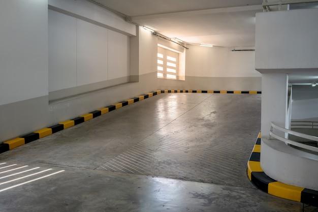 Betonweg en helling met gele en zwarte rand in de bouw