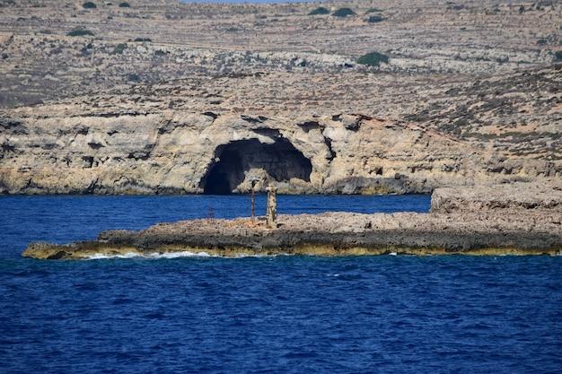 Betoverend beeld van de kustlijn van het eiland comino in het zonlicht