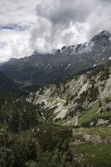 Betoverend landschap van de prachtige rotsachtige bergen onder een bewolkte hemel