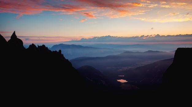 Betoverend landschap van een ochtendzicht vanuit mangart in slovenië.
