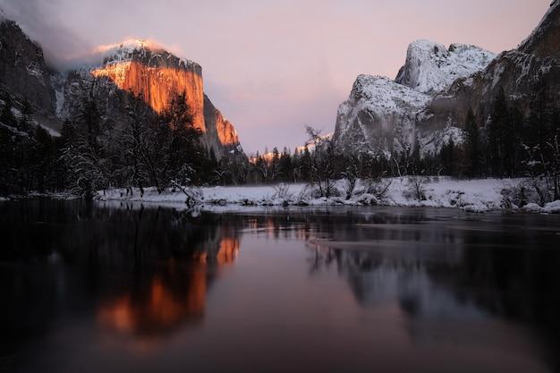 Betoverend landschap van een weerspiegeling van besneeuwde bergen in het meer