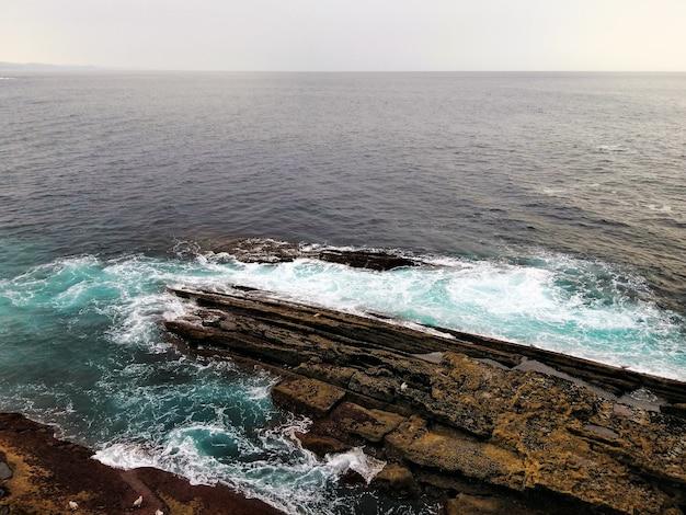 Betoverend landschap van oceaangolven die zich naar de kust in de stad san sebastian, spanje verplaatsen