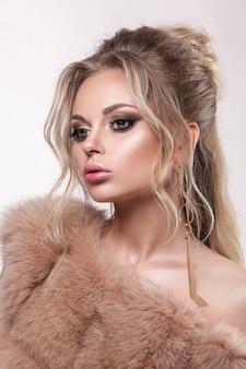 Betoverend portret van een jong meisje. pure glanzende huid, professionele make-up, lange wimpers