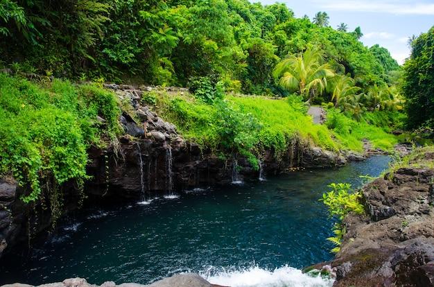 Betoverend schot van de afu aau-waterval in samoa