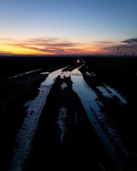 Betoverend uitzicht op de bevroren grond in het veld tijdens zonsondergang
