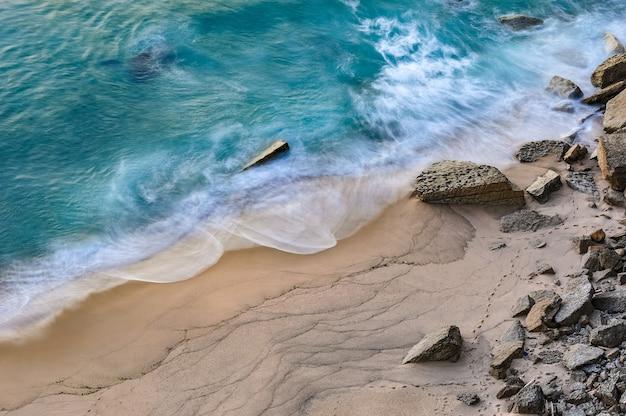Betoverend uitzicht op de golven van de oceaan die tegen het strand beuken