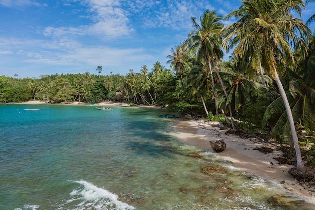 Betoverend uitzicht op de kustlijn met wit zand en turkoois helder water in indonesië