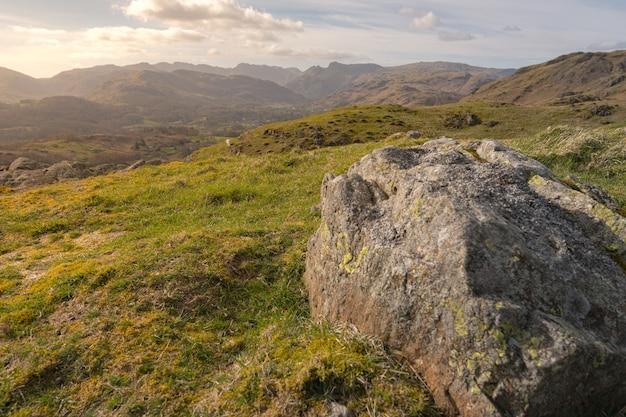 Betoverend uitzicht op de velden en de bergen bedekt met het gras in peak district