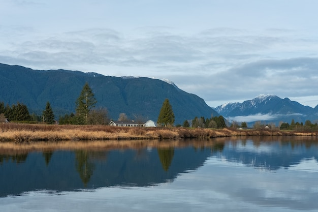 Betoverend uitzicht op de weerspiegeling van de bergen en de lucht op het water