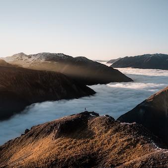 Betoverend uitzicht op een prachtig berglandschap met romige herfstmist