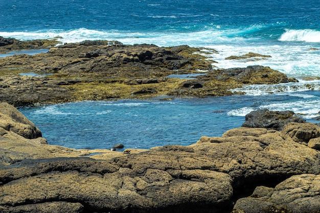 Betoverend uitzicht op een prachtig zeegezicht en rotsen overdag