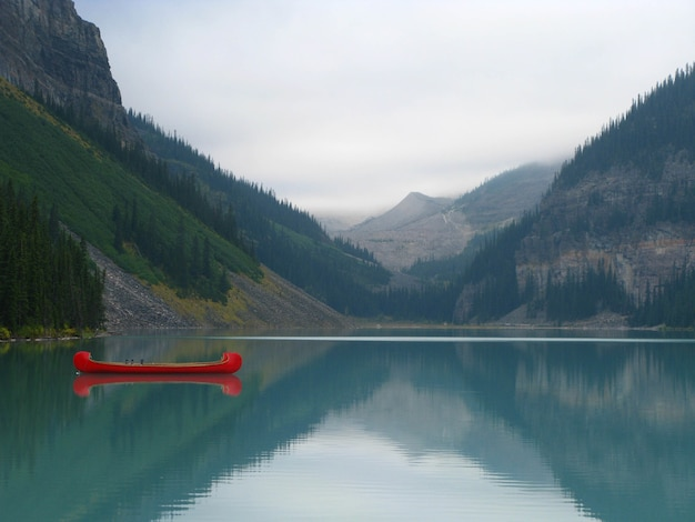 Betoverend uitzicht op lake louise in banff national park, alberta, canada