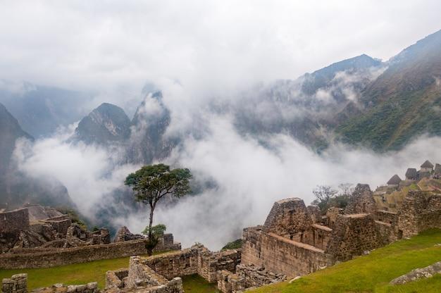 Betoverend uitzicht op machu picchu bedekt door wolken
