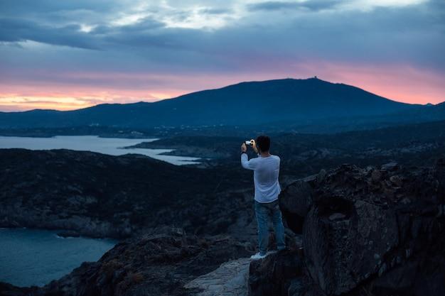 Betoverend verbazingwekkend landschap en landschap op wandelpad met stedelijke avonturier verken natuurwonderen