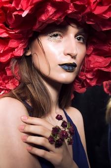 Betoverend vrouwelijk portret met nat-huideffect en mooie samenstelling.