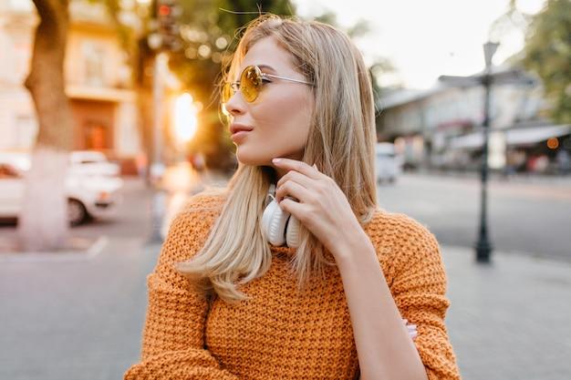 Betoverende blonde europese vrouw die rondkijkt, op zoek naar een vriend