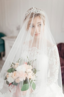 Betoverende bruid in huwelijkskleding