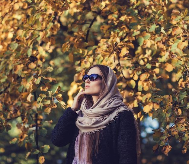 Betoverende dame in de herfstjas