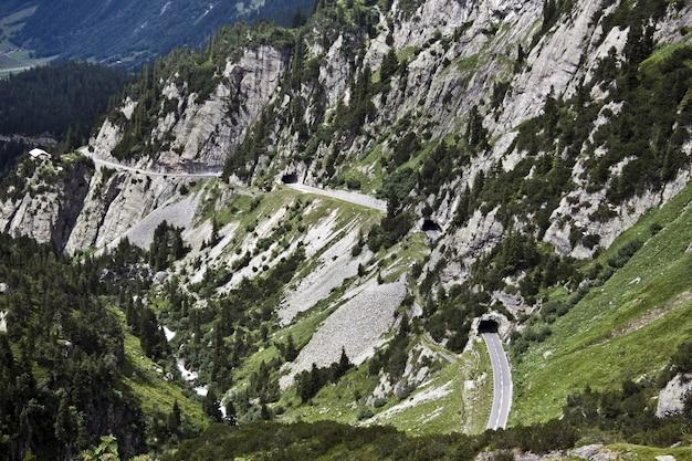 Betoverende luchtfoto van de prachtige rotsachtige bergen