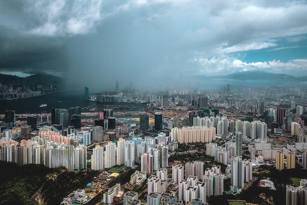 Betoverende luchtfoto van de stad hong kong door de wolken