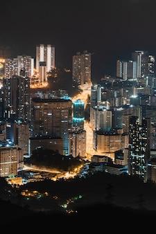 Betoverende luchtfoto van het stadsbeeld 's nachts