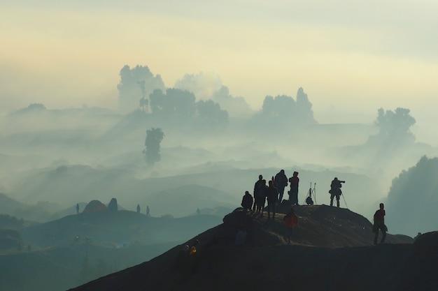 Betoverende mening van bromo tengger semeru-park in een mistige die ochtend van onderstel bromo wordt gezien