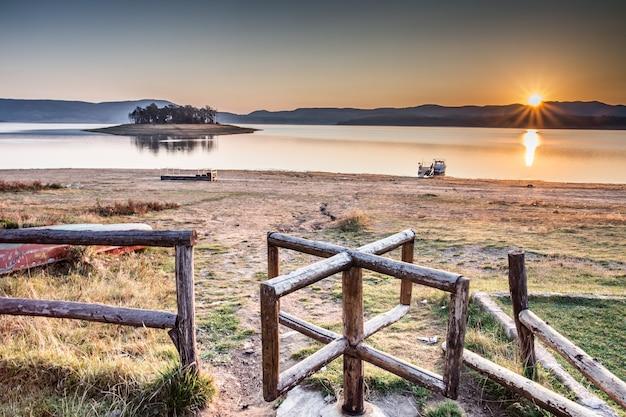 Betoverende opname van een kalm meer bij zonsondergang in bulgarije