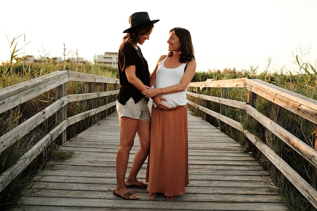 Betoverende opname van een mooi zwanger koppel - lesbisch familieconcept