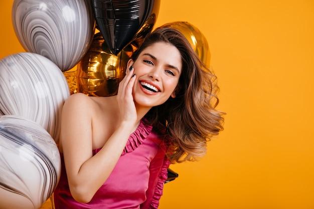 Betoverende vrouw die lacht op feestje