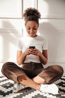 Betoverende vrouw met behulp van smartphone