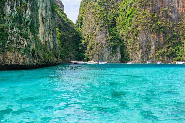 Betreden van de pileh-lagune met prachtige kalksteenrots omgeven op het eiland phi phi, krabi, t