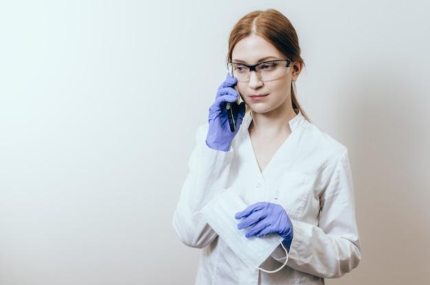 Betrokken medische artsenvrouw die mobiele telefoon spreekt