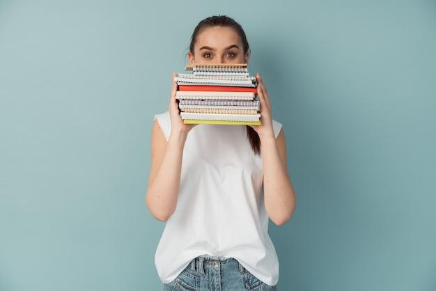 Betrokken meisje studeren bedrijf notebooks en boeken